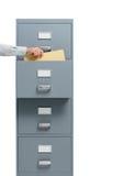 Büroangestellter, der eine Datei von einem Aktenschrank nimmt Lizenzfreies Stockbild