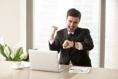 Büroangestellter, der Ende des Arbeitstages feiert Lizenzfreies Stockfoto