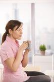 Büroangestellter, der ihren Tee genießt Stockfotografie