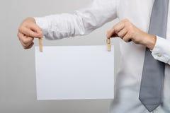 Büroangestellter, der leeres Blatt Papier hält Lizenzfreies Stockbild