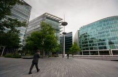 Büroangestellter, der an mehr london_ geht Stockfotos