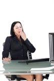 Büroangestellter, der am Schreibtisch gähnt Lizenzfreie Stockfotografie