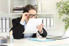 Büroangestellter, der Sehvermögenprobleme hat stockbild
