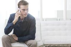 Büroangestellter, der Smartphone verwendet Stockbilder