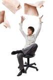 Büroangestellter in einer werfenden Zeitung des Stuhls oben Lizenzfreies Stockbild