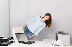 Büroangestellter geht mit Arbeit verrückt lizenzfreies stockbild