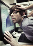 Büroangestellter gezwungen, schwerer zu arbeiten stockfotografie