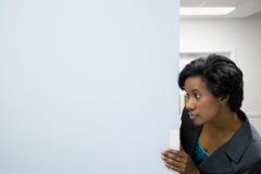 Büroangestellter im Korridor lizenzfreie stockbilder