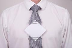 Büroangestellter mit Anmerkung über Bindung Stockfotos