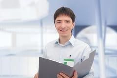 Büroangestellter mit Dokumentenordner. lizenzfreies stockbild
