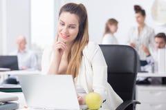 Büroangestellter mit Laptop stockbild