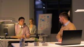 Büroangestellter mit Laptop bittet Kollegen um Hilfe stock video footage