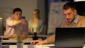 Büroangestellter mit Laptop bittet Kollegen um Hilfe stock footage