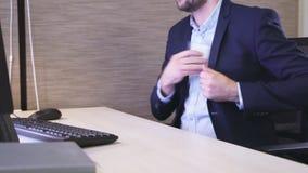 Büroangestellter nimmt Karte und geht Zeitlupenahaufnahme weg stock footage