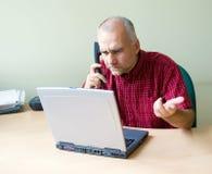 Büroangestellter am Telefon Stockfotos