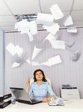 Büroangestellter und ärgerliche Unterlagen lizenzfreie stockbilder
