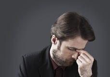 Vierzig Jahre alter deprimierter und überwältigter Geschäftsmann Lizenzfreie Stockbilder