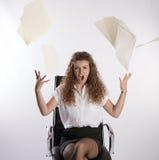 Büroangestellter wirft Schreibarbeit in die Luft stockfoto