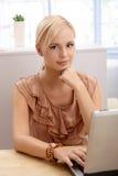 Büroangestelltfrau mit Computer stockfoto