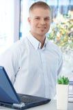 Büroangestelltkerl mit Laptop Lizenzfreie Stockfotos