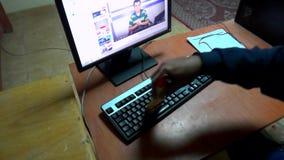 Büroarbeit und der Wert des Beibehaltens der Sauberkeit der Arbeitswerkzeuge stock footage