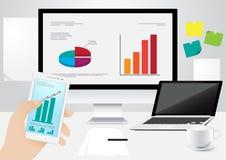 BüroArbeitsplatz, die Hand, welche die Prüfung des Geschäfts im intelligenten Telefon und im Computer, Laptop hält, dokumentiert  Lizenzfreie Stockfotografie