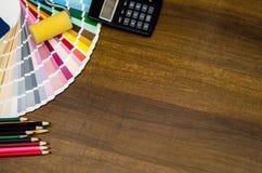 Büroarbeitsplatz mit Bürsten, berechnen, bunte Bleistifte und Farbmuster Stockbild