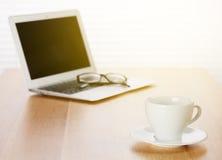 Büroarbeitsplatz mit Laptop und Kaffeetasse Stockfoto