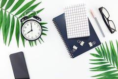 Büroarbeitsplatzschreibtisch der Draufsicht redete flacher gelegter Smartphonekopien-Raumschwarzes Palmblätter des Entwurfsbüroar stockfotografie