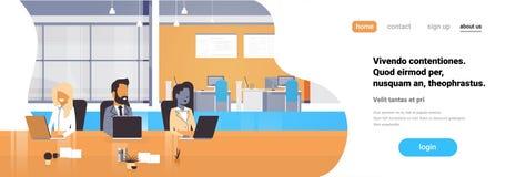 Büroarbeitsplatzteam, welches die Prozessgeschäftsleute sitzen flachen bearbeitet horizontalen Fahnenkopienraum zusammen, besprec lizenzfreie abbildung