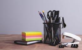 Büroartikel auf dem Tisch stockfoto