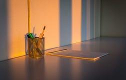 Büroartikel auf Schreibtisch Stockbild