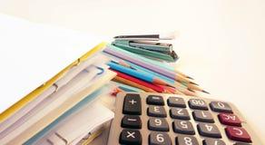 Büroartikel auf Tabelle lizenzfreie stockfotografie