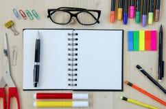 Büroartikel, der auf einen hölzernen Schreibtischhintergrund legt Beschneidungspfad eingeschlossen Bleistifte, Scheren, Markierun Stockbild