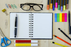 Büroartikel, der auf einen hölzernen Schreibtischhintergrund legt Beschneidungspfad eingeschlossen Bleistifte, Scheren, Markierun Lizenzfreies Stockfoto