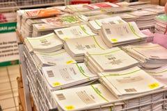 Büroartikel für das Studienjahr im Supermarkt Lizenzfreie Stockbilder