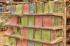 Büroartikel für das Studienjahr im Supermarkt Lizenzfreies Stockbild