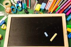 Büroartikel für Schule und ein Reißbreit auf einem grünen backgr stockfoto