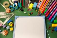 Büroartikel für Schule und ein Reißbreit auf einem grünen backgr stockfotos