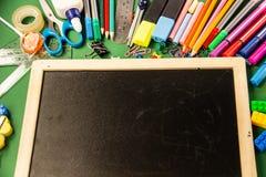Büroartikel für Schule und ein Reißbreit auf einem grünen backgr stockbilder