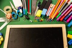 Büroartikel für Schule und ein Reißbreit auf einem grünen backgr stockbild