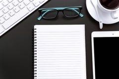 Büroartikel-freier Raum und Bleistiftnotizbuch auf schwarzem Hintergrund Stockbilder