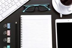Büroartikel-freier Raum und Bleistiftnotizbuch auf schwarzem Hintergrund Stockfoto