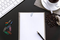 Büroartikel-freier Raum und Bleistiftnotizbuch auf schwarzem Hintergrund Stockbild