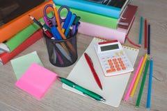 Büroartikel, Geschäftszubehör, Bürowerkzeuge auf Tabelle Lizenzfreies Stockfoto