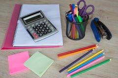 Büroartikel, Geschäftszubehör, Bürowerkzeuge auf Tabelle Stockbild