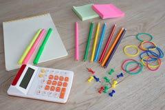 Büroartikel, Geschäftszubehör, Bürowerkzeuge auf Tabelle Stockbilder