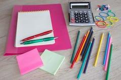 Büroartikel, Geschäftszubehör, Bürowerkzeuge auf Tabelle Lizenzfreie Stockfotografie
