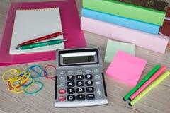 Büroartikel, Geschäftszubehör, Markierungen und Notizbuch auf Holztisch Stockfotografie