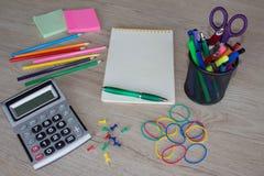 Büroartikel, Geschäftszubehör mit Farbbleistiften und Notizbuch auf Holztisch Lizenzfreie Stockfotos